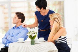 夫婦で解決すべきことにまで…過干渉な義母に辟易とする夫