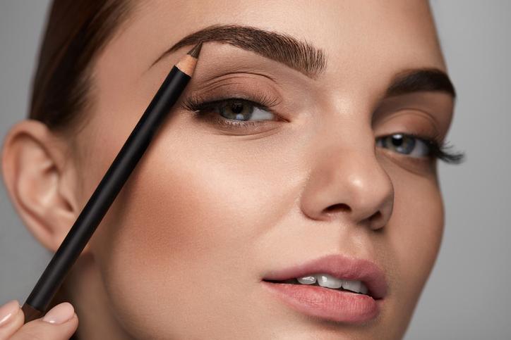 眉の作りすぎはNG(写真:iStock)