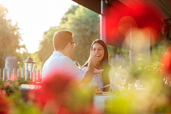 最初はレストランでの食事デート(写真:iStock)