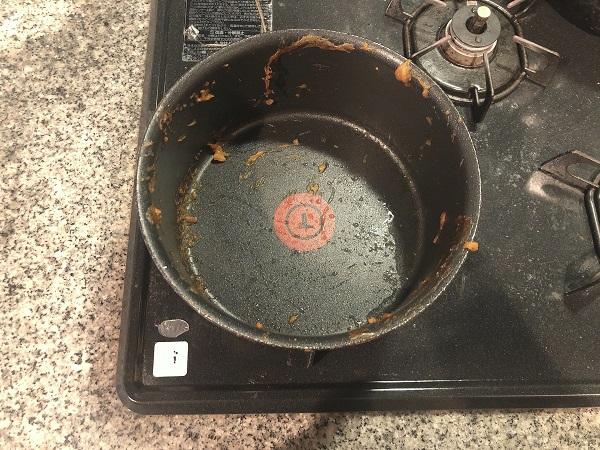 キレイに食べたつもりでも汚れが張り付いています(C)コクハク