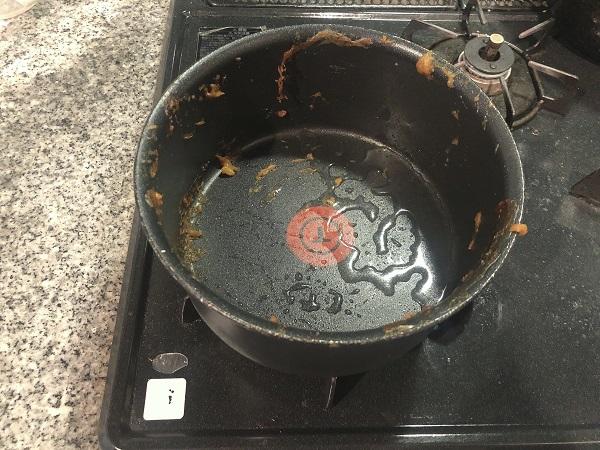 食べ終わった鍋に50mlの水を投入(C)コクハク