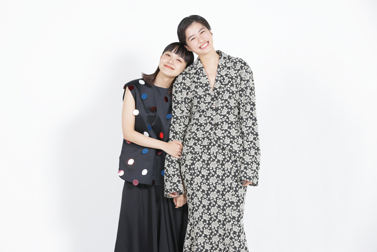 奈緒さん(左)と佐久間由衣さん(右)/(C)コクハク
