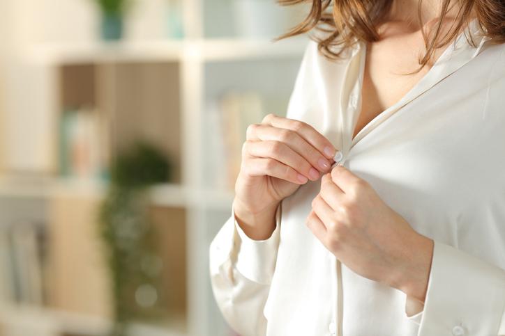 シルクのシャツで隙を作る(写真:iStock)