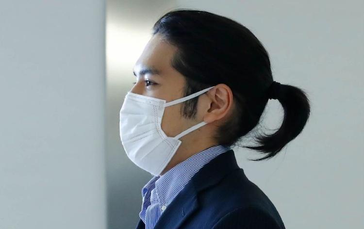 滞在先の米国から帰国した小室圭さん=9月27日午後、成田空港(C)日刊ゲンダイ