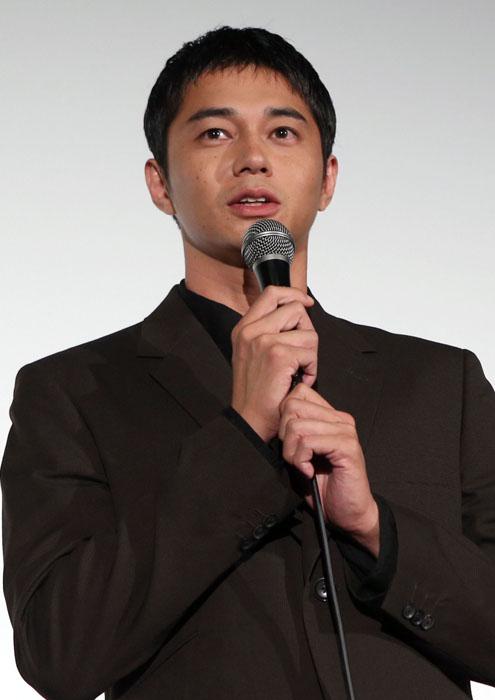 黒のスーツ姿で登場した東出さん(C)日刊ゲンダイ