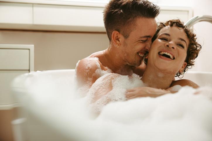泡いっぱいのお風呂で艶やかなひとときを(写真:iStock)